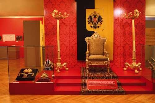 Ausstellungsansicht: Der Thron